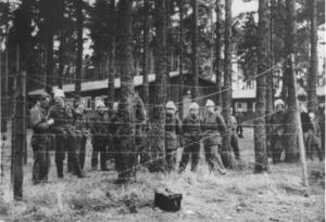 Baltutlämningen 1946. Utlämnandet av baltiska soldater från Sverige till Sovjetunionen. Bilden visar balterna bakom taggtråd i Ränneslätt utanför Eksjö, i väntan på utlämningen. Foto: TT