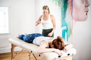 Rebecca Reis driver företaget Mind-Body-Spirit i Örnsköldsvik där hon instruerar i postural yoga.