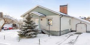 Kolsvavillan på Hammarvägen 15 i Kolsva var huset som fick flest klick på bostadssajten Hemnet under förra veckan. Foto: Fastighetsbyrån.