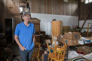Varje torsdag under sommaren håller Sven-Erik Sjölund auktion i Ilsbo.