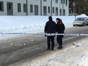 En ung man avled av sina skador och en man är allvarligt skadad efter skottlossningen som inträffade på Ringargatan i Kvarnsveden igår kväll.