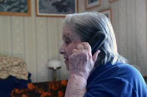 Är man siste bofasta i Storbron kan man kosta på sig att svara med bynamnet när telefonen ringer.