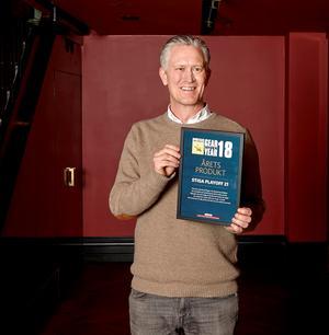 Fredrik Berntsson, stolt produktchef vid Stiga, med diplomet som bekräftar att bordshockeyspelet Play Off 21 fått priset årets produkt. Foto: Privat