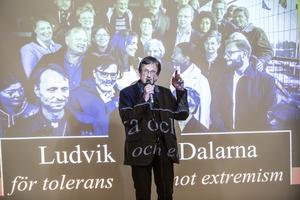 Gunnar Persson, kyrkoherde för Svenska kyrkan i Ludvika talar vid inledningen av mötet i Lorensberga skola.