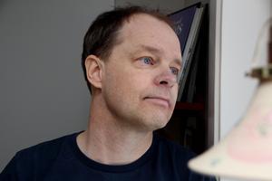 """Efter cancern tänker han inte vänta med saker som han verkligen vill, förklarar Fredrik Nilsson, som nu får Vetenskapsakademins lärarpris. För prispengarna åker han med familjen på bilsemester i Europa. """"Vi hade tänkt göra det senare, men nu blir det av."""""""