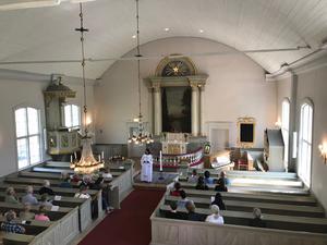 Prästen Helena Lugner höll i bönen i Gamla kyrkan i Östersund.