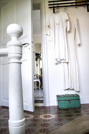 Uppe i hallen hänger två särkar med brodyr från 1800-talet.