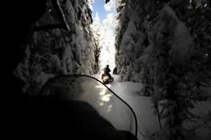 De senaste tio åren har 80 personer i Sverige mist livet i snöskoterolyckor. De flesta dödsfallen handlar om drunkning och kvävning, enligt Janne Sund.