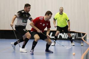 Sala IBF:s Christopher Viklund är steget före IBK Salas Marcus Eriksson.