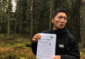 Matematiklektion i skogen. Läraren Dan Tran går igenom uppgiften – att göra geometriska figurer med pinnar, kottar och annat som finns i skogen.