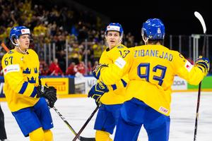 Rickard Rakell, Mika Zibanejad och Mattias Janmark jublar efter Janmarks mål som innebar 3–0 till Sverige i den andra perioden.Bild: Ludvig Thunman/Bildbyrån