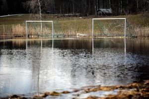 Vid Kvarntäkt på väg till Enviken var fotbollsplanen översvämmad.