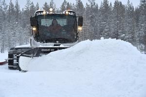 Snö plogas ur spåren på myrarna vid Smågan.