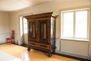 Faluns kommun har skjutit till pengar för inköp av möbler. Här är ett skåp från 1600-talet i salen i gården.