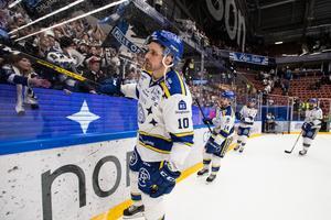 Johan Fransson jublar och firar med fansen efter 3–2-segern efter straffar mot Linköping. Foto: Daniel Eriksson/Bildbyrån.