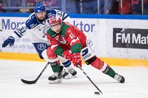Leksands Anton Öhman och Moras Alexander Hilmerson i duell. Foto: Daniel Eriksson/Bildbyrån