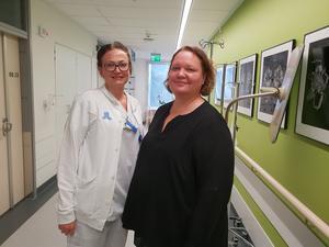 Projektledaren Clara Björklund (till vänster) och chefsbarnmorskan Maria Hedström på Södertälje sjukhus förlossningsavdelning. Foto: Yvonne Hejdenberg