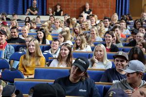 Närmare fyrahundra elever lyssnade på och ställde frågor till finansministern.