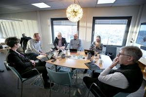 De fyra kommunalråden Kerstin Almén, Peter Kärnström, Carl-Evert Olsson och Per-Ola Grönberg, Ann-Sofie Hedenström som är chef för kommunledningskontoret och Pär Jerfström, kommundirektör.