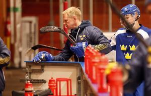 Niklas Wikegård gästade en av U18-landslagets träningar i Gränby ishall i Uppsala.