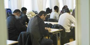 Asylsökande lär sig svenska på ett utbildningscenter för Sfi.