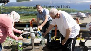Muna Ali, Jan Kurdi och Josef Kwiek var några av de som hämtade vatten vid tanken som ställts upp vid Puddelugnsgatan i Västerås.
