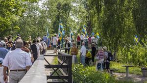 Flera åskådare ville se Fagersta stadsmusikkår med flaggdrill tåga.