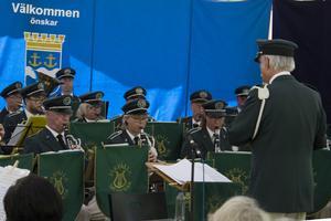 Musikkåren innan dirigenten beordrade kavaj av, denna varma konsertdag.