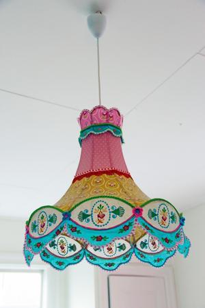 Busig och färgglad taklampa i flickornas rum.