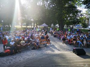 Många hade samlats i Societetsparken under Integrationsgalan. Foto: Florian Voss