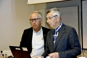 Anders Widmark (tv) , professor vid Umeå universitet, här tillsammans med Träpatronernas ordförande Henningsohn.