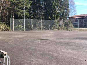 Tennisplanen i södra Bomhus utnyttjas flitigt av barn som gärna åker inlines eller kickbike på den stora plana ytan. Bild: Jennie Soläng