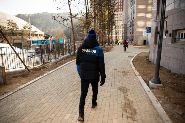 Svenska atleter tog en promenad i OS-byn. Foto: Petter Arvidson (Bildbyrån).