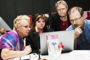 2010. Socialdemokraternas valvaka i Folkets hus i Söråker. Kommunalråd Ewa Lindstrand, Pernilla Eurenius försöker tolka valresultatet.
