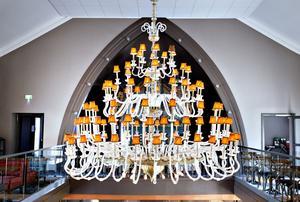 Ljuskronan som hänger mitt i salen är fyra meter bred.