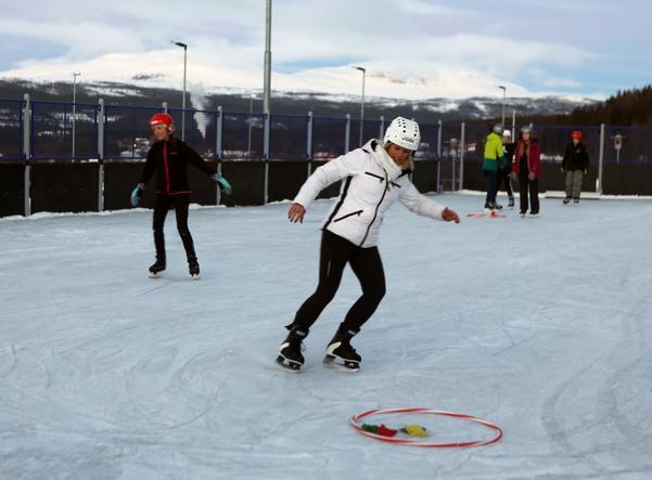 Skolchefen Carina Nilsson glänste på isbanan när det var skridskoåkning på idrottslektionen.
