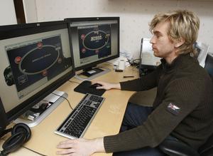 Matts Quiding vid skrivbordet som är hans arbetsplats runt 40 timmar i veckan.