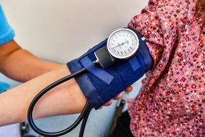 Att mäta blodtrycket görs av sjuksköterskor i Sverige, i andra länder kan det räknas som ett läkarbesök, konstaterar Svante Parsjö Tegnér, som inte tycker att man ska vara källkritisk även när det gäller statistik. Foto: Jonas Ekströmer/TT