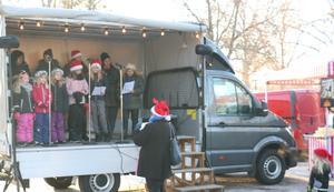 Barnkören från kyrkan var på plats och sjöng  för besökarna. Och vi kan väl slå fast att det aldrig blir en riktig julmarknad, utan julmusik.