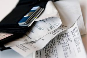 En man från Borlänge har åtalats misstänkt för en rad brott, bland annat för tre fall av bedrägeri. Mannen ska ha lurat till sig matvaror och kontanter genom att använda sig av en annan persons bankkort. OBS: Bilden är tagen i ett annat sammanhang. Foto: Christine Olsson/TT