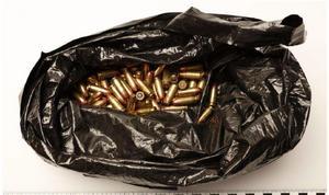Enligt åklagaren är brottet som Gävlebon misstänks för grovt eftersom vapen och ammunition anträffades tillsammans med en skyddsväst och i en miljö där det funnits narkotika.