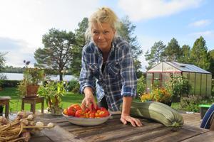 Pia Mosten lagar en röra på tomat, squash och lök. Röran fryser hon in och använder under vintern.