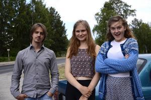 Filmaren och ledaren Pontus Wicksell tillsammans med deltagarna Nora Boestad och Emma Petters.