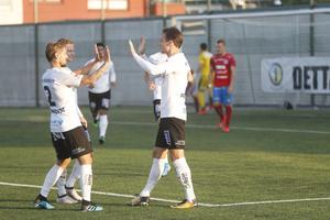 Viktor Prodell gratuleras till 1–0-målet av Daniel Björnquist och Johan Bertilsson.