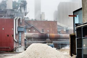 Läckaget av beckoljan kom från en oljeförvärmare i Stora Ensos kausticeringsanläggning, i tegelbyggnaden på bilden.