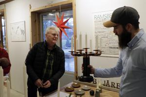 Jonas Järbe från Ramsberg jobbar i trä, koppar, betong, och Anders Rydberg gillar kandelabern av kopparrör som Jonas gjort.
