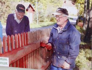Kyrkan har betytt mycket för Rune Moen. Här målas det staket tillsammans med andra i församlingen.