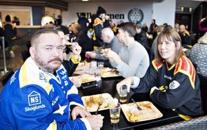 Johan och Pia Alm från Falun gillar den  goda derbystämningen och skämtade om att det var lätt att bevara familjefriden så här före nedsläpp.  – Du skulle höra oss i bilen hem sen, skojade Johan Alm.