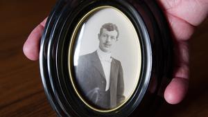 Köpmannen Carl Albert Hedberg född 1878 och död den 12 mars 1959. Han är begravd i en familjegrav på Köpings gamla kyrkogård.