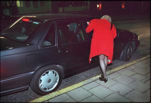 En prostituerad kliver in i en sexköparen bil på Malmskillnadsgatan i Stockholm. Bilden har några år på nacken. Foto: Claudio Bresciani/TT